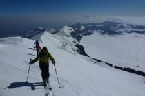 Aufstieg zum Monte Tremoggia 2350m, im Hintergrund der Campo Imperatore und am Horizont die Maiella