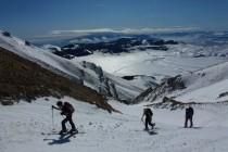 Aufstieg zum Monte Camicia durch das Vallone di Vradda, unten das Campo Imperatore und am Horizont die Maiella