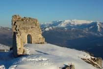 Die Burgruine Rocca Calascio, mit Blick zur Maiella Gruppe