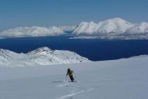 …Abfahrt aufs Meer zu, unten wartet die Polar Girl, welche um die Lyngen Halbinsel herumgefahren ist