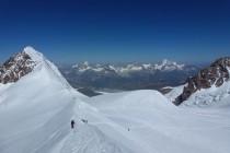Gewaltiges Panorama von der Ludwigshöhe: Im Hintergrund spitzt das Matterhorn hinter dem Lyskamm heraus, nach rechts Dent Blanche, Obergabelhorn, Zinalrothorn und Weisshorn
