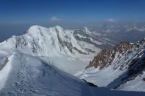 Blick von der Zumsteinspitze 4563m auf die Lyskamm NO-Wand, an diesem Tag von mehreren Seilschaften durchstiegen. Weiter ging's zur Margerita-Hütte 4554m auf der Punta Gnifetti, danach ins Tal