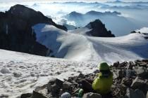 Hier beginnt die Tour erst richtig. Die Überschreitung wird aufgrund des Gletscher-Rückgangs nur noch selten durchgeführt. Früher konnte man über den Glacier des Violettes absteigen, jetzt weicht man auf einen Felsrücken aus, über den man kletternd und abseilend hinunter kommt.