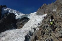 Durch den oberen Teil des zerrissenen Glacier des Violettes führt der Abstieg. Um den Felsrücken zu erreichen, mussten wir einmal überhängend in eine Gletscherspalte abseilen, vom Grund der Spalte war der einzige Ausweg. Ringsum war der Weg durch weit offene Spalten abgeschnitten