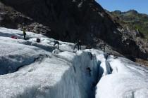 Im Gletscherbruch werden Steigeisentechniken und Spaltenbergung geübt