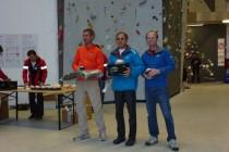 Rainer Bolesch (re) und Günther Mauthe umrahmen bei der Siegerehrung Martin Grossen aus der Schweiz