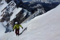 Die bis 40 Grad steile Gipfelflanke blieb durch den kalten Nordwind hart. Deswegen ließen wir die Ski in der Scharte zurück. Im Hintergrund die Marmolada.