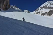 Wieder waren die steileren Passagen sehr hart, mit Steigeisen ging es gemütlicher aufwärts als mit Ski...