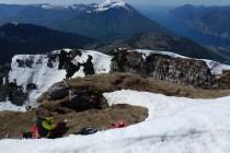 Ein windstiller, warmer Fleck am Gipfel, warten bis der Schnee auffirnt.