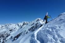 Am Gipfelaufbau der Mitterlochspitze 3176m steckt man die Ski besser an den Rucksack.