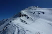 Es lohnt sich die Ski bis kurz vor den Gipfel zu tragen, um dann weiter oben in die Nordflanke (links) fahren zu können.