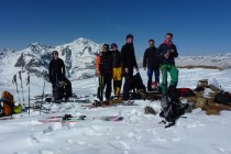 Nach der LVS - Ausbildung auf unserem ersten kleinen Gipfel. Der Pulverschnee wartet...