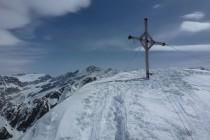 Gipfelkreuz Tiergartenspitze mit Weisskugel 3735m im Hintergrund.