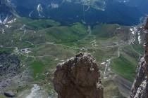 Tiefblick von der Grohmannspitze zum Sellajoch, Pordoispitze (li.) und Marmolada im Hintergrund.