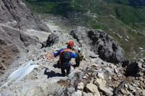 Im oberen Teil des Abstiegs von der Grohmannspitze: Kurzes Seil oder gestaffeltes klettern. 900m Tiefblick zum Sellajoch.