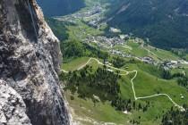 """Übungstour mit zwei Teilnehmern als Nachsteiger. Hier im """"Geschweiften Kamin"""" , (Schwierigkeitsgrad 4+) am Piz Ciampac oberhalb von Colfosco."""