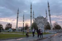 Eine Kaltfront brachte Schnee in der Aladaglar Region. Wir wechselten in die Wärme nach Adana. Hier die riesige Moschee von Adana.