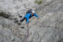 Die schwierige Kamin – Verschneidung in der Adang – Führe am Piz Ciampac (11 SL, 5-). Eine sehr schöne Tour oberhalb von Corvara nahe des Grödner Joch.