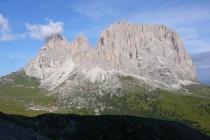 Nur für kurze Zeit in der Morgensonne: Grohmannspitze, Fünffingerspitze und Langkofel gegenüber.