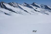 Erste Etappe: Vom Jungfraujoch (mit Blick auf die Fiescherhörner, Finsteraarhorn und das Groß Grünhorn) zum...