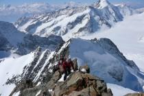 Gipfelgrat des Groß Grünhorn 4043m. Der Blick reicht vom Monte Rosa über Matterhorn (m.), Weißhorn, Dent Blanche bis zum Mt. Blanc (r.)