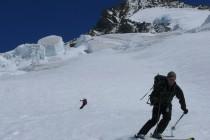 Die Abfahrt vom Groß Grünhorn führt durch den zerrissenen Gletscher.