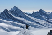 Ausgesetzter Gipfelgrat am Mönch. Rechts Groß Grünhorn, halblinks hinten das Finsteraarhorn 4237m, ganz links das Große Fiescherhorn 4048m, welches wir am Vortag bestiegen haben.