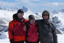 Auf dem Kleinen Jaufen 2370m. Im Hintergrund die Drei Zinnen, unser nächstes Ziel.