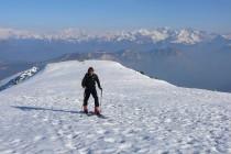Hans kurz vor dem Gipfel, im Hintergrund die Brenta, Adamello und Presanella.