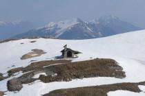 Am Gipfel des Monte Altissimo, im Hintergrund der Monte Stivo links und der Cornetto.