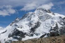 Gandegghütte und Breithorn-Nordwand. Der Triftijgrat verläuft diagonal von links unten nach rechts oben.