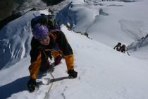 Jürgen auf einem Schneegrat in der Gipfelwand.