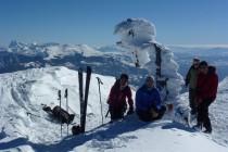Ein verbogenes Gipfelkreuz auf dem M. Vettore. Hinten li. der Gran Sasso, Abruzzen.