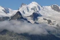 Das Allalinhorn (4027m) mit dem Hohlaubgrat. Dieser führt von links unten im Eis mit der kleinen Felsstufe kurz unter dem Gipfel zum höchsten Punkt.