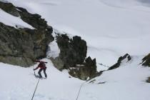 Nach der Gipfelüberschreitung ablassen nach Süden durch eine steile Rinne ins Gletscherbecken des Piz Lagrev.