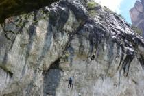 """Ein Retter steigt am Seil hoch zur Umlenkung und lässt ein Seil zum """"Verletzten"""" hinunter,..."""