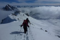 Kurz vor dem Gipfel des Piz Surgonda. Die Bernina im Hintergrund.