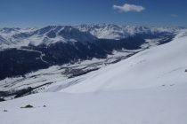 Weite Firnhänge warten auf uns. Blick zur Bernina.