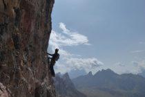 Quergang in der Averau SW-Wand. Im Hintergrund der Monte Pelmo.