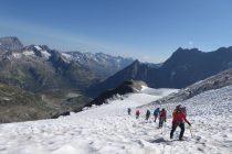 Gletscherspalten mit den Eistürmen im Hintergrund