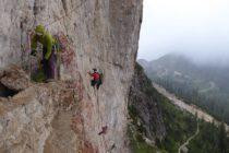Unter einem Überhang geschützt vor dem Regen Übungen zur Bergrettung und Führungstechnik